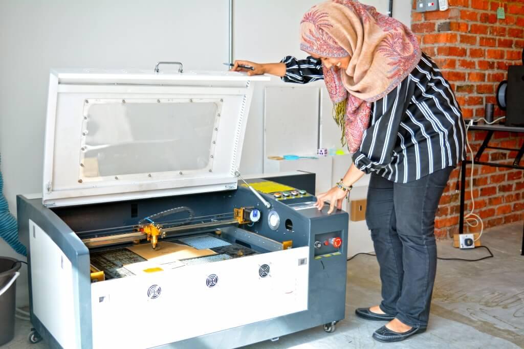 Pemotong Laser (Laser Cutter), yang boleh digunakan untuk projek-projek yang perlu pemotongan tepat, seperti di kayu atau plastik akrilik.